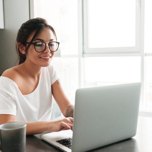 mujer-estudiando-online